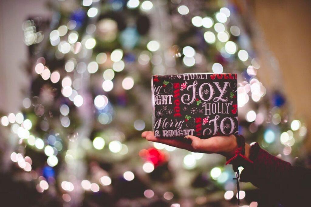 mano pacchetto - gioielli per Natale